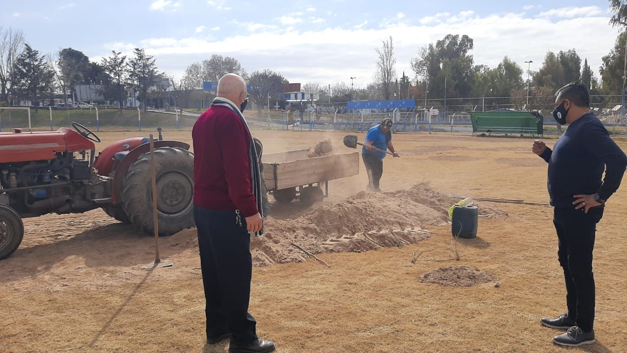 Nuestro secretario general y secretario de deportes visitando las obras en el complejo deportivo